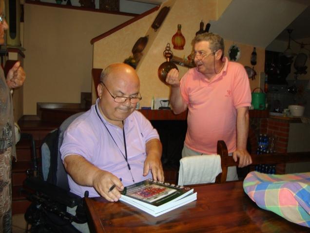 Consegna del libro a Gianni Gozzuti a domicilio perchè impossibilitato a venire a Castiglione. Gianni ha giocato nella squadra della Polisportiva Libertas Castiglione.